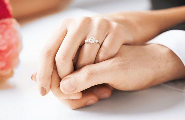 Na jaké ruce nosit zásnubní prsten