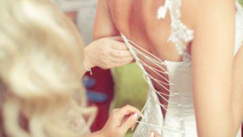 Oblékání do šatů, svatební foto