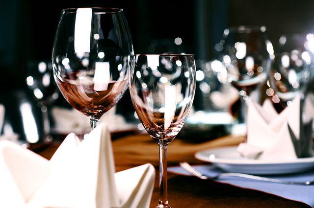 vino-sklenice-hostina-prostreno
