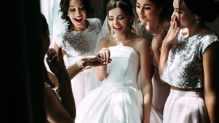 55b045ffb548 Šaty pro družičky  Proč nosí podobné šaty jako nevěsta