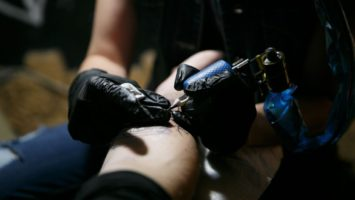 Tetování a láska, zásnuby