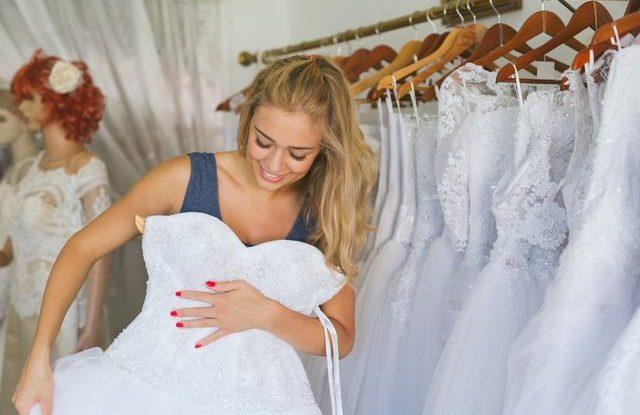 9 nejdůležitější pravidel při zkoušení svatebních šatů 4fc8df724f5