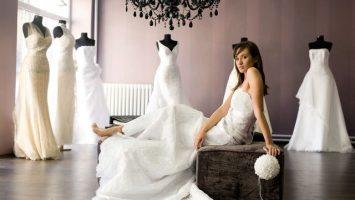 Svatební šaty koupené nebo půjčené