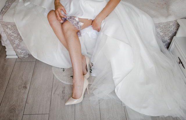 5eb29d9139ff Svatební podvazek  víte proč ho nevěsty nosí