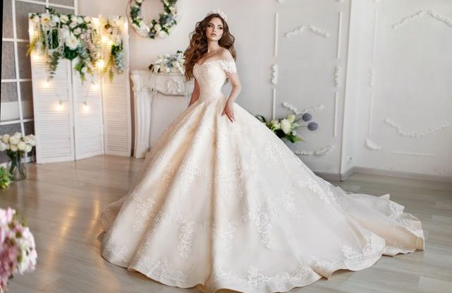 Svatebni Saty 2019 Co Se Bude Nosit V Nove Svatebni Sezone