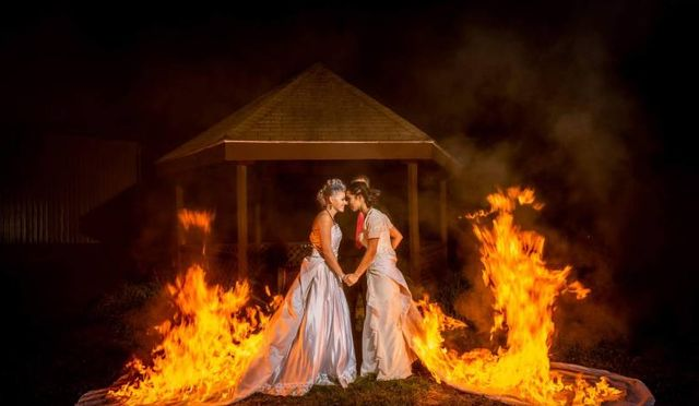 Hořící svatební šaty
