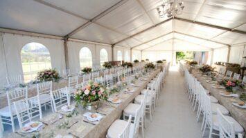 Skládací stoly na svatební hostinu
